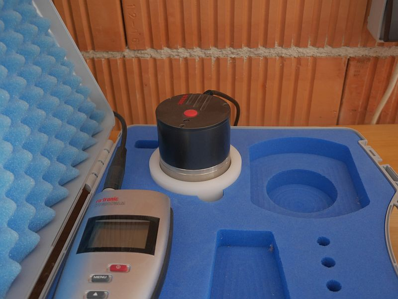 Humidity instrument for checking that the humidity is low enough for long term storage